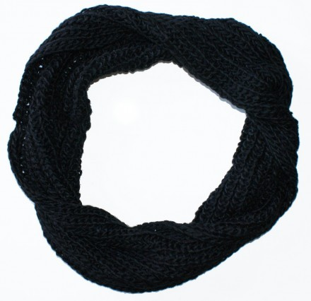 Stickad halsduk svart